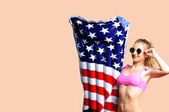 Mulher no biquini com gelado inflável do colchão na praia imagem de stock