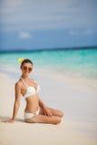 Mulher no biquini na praia tropical Fotografia de Stock