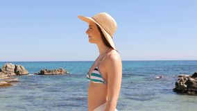 Mulher no biquini que anda na praia em férias video estoque