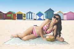 Mulher no biquini que encontra-se na praia fotos de stock