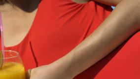 Mulher no biquini vermelho que afaga o corpo e que bebe o cocktail perto da associação, flertando video estoque