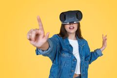 Mulher no botão de empurrão dos vidros de VR foto de stock royalty free