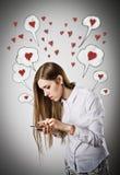 Mulher no branco com telefone Fotografia de Stock Royalty Free
