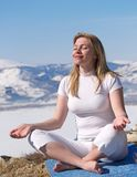 A mulher no branco relaxa Imagem de Stock Royalty Free
