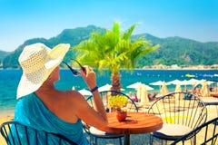 Mulher no café da praia Imagens de Stock
