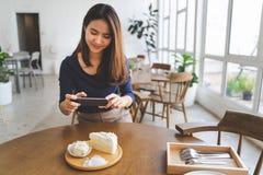 Mulher no café do café fotos de stock