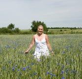 Mulher no campo de flor Imagens de Stock Royalty Free