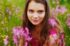 Mulher no campo de flor do verão fotografia de stock