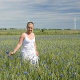 Mulher no campo de flores selvagens Imagem de Stock Royalty Free
