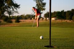 Mulher no campo de golfe fotos de stock royalty free