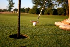 Mulher no campo de golfe fotografia de stock royalty free