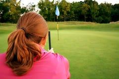 Mulher no campo de golfe Foto de Stock Royalty Free