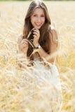 Mulher no campo de trigo Imagens de Stock Royalty Free