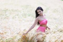Mulher no campo de trigo Foto de Stock Royalty Free