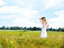 Mulher no campo de trigo no dia ensolarado Foto de Stock Royalty Free