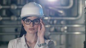 Mulher no capacete de segurança que põe sobre os vidros filme