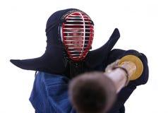 Mulher no capacete do kendo preparado para lutar Imagens de Stock