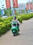 Mulher no capacete do velomotor Fotos de Stock