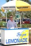Mulher no carrinho de limonada Imagem de Stock