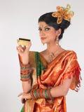 Mulher no cartão de crédito da terra arrendada do estilo do sari da variedade Fotografia de Stock