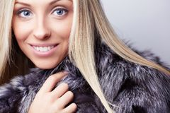 Mulher no casaco de pele Fotos de Stock Royalty Free