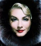 Mulher no casaco de pele do inverno Fotos de Stock Royalty Free