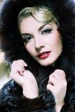 Mulher no casaco de pele do inverno imagens de stock royalty free
