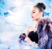 Mulher no casaco de pele luxuoso Fotografia de Stock Royalty Free