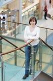 Mulher no centro comercial Imagens de Stock Royalty Free