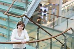 Mulher no centro comercial/centro Fotografia de Stock Royalty Free