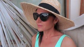 A mulher no chapéu de palha aprecia o verão filme