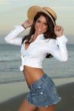 Mulher no chapéu de palha branco da terra arrendada da saia da camisa e do Jean imagem de stock