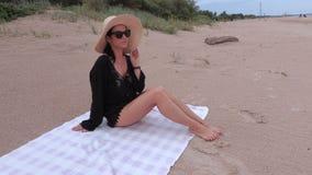 Mulher no chapéu de palha no Sandy Beach vídeos de arquivo