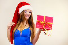 A mulher no chapéu de Papai Noel guarda a caixa de presente Tempo do Natal Foto de Stock