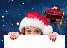 Mulher no chapéu de Santa que espreita de um cartaz vazio 3D Fotografia de Stock Royalty Free
