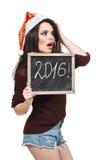 Mulher no chapéu de Santa que guarda o cartão com palavra de 2016 Fotografia de Stock