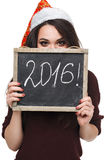 Mulher no chapéu de Santa que guarda o cartão com palavra de 2016 Imagem de Stock