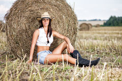 Mulher no chapéu de vaqueiro no campo fotos de stock royalty free