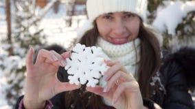 Mulher no chapéu do inverno que guarda o floco de neve grande vídeos de arquivo