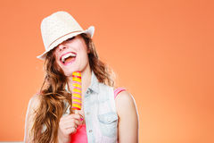 Mulher no chapéu do verão que come o creme do PNF do gelo imagens de stock