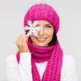 Mulher no chapéu e silencioso com floco de neve grande fotos de stock royalty free