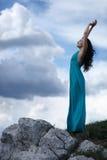 Mulher no clif da montanha rochosa Fotos de Stock Royalty Free