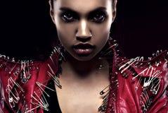 Mulher no close up do revestimento do estilo da glam-rocha Imagem de Stock Royalty Free