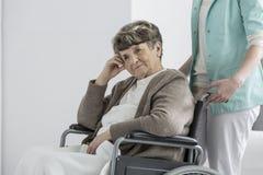 Mulher no clube da aposentadoria foto de stock