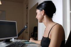 Mulher no computador Fotografia de Stock Royalty Free