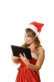 Mulher no computador da tabuleta da terra arrendada do equipamento do Natal Foto de Stock