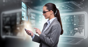 A mulher no conceito dos Internet banking foto de stock royalty free