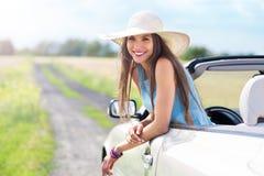Mulher no convertible imagem de stock royalty free