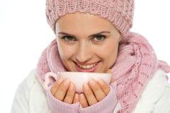 Mulher no copo da terra arrendada da roupa do inverno do chá imagens de stock royalty free