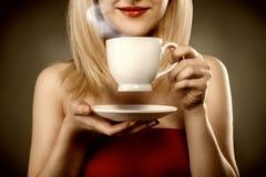 Mulher no copo vermelho e nos sorrisos da terra arrendada fotos de stock
